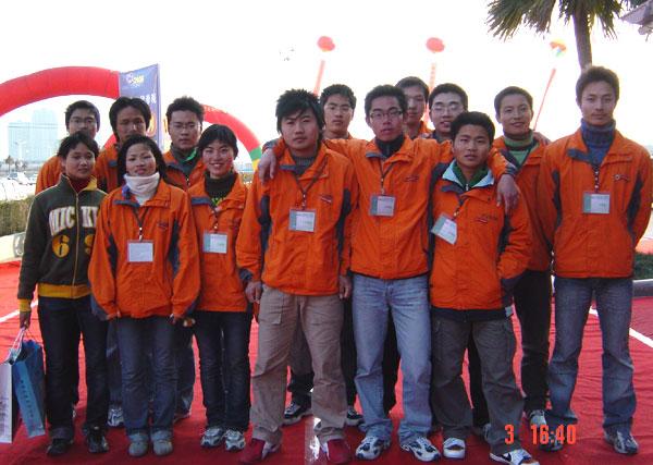统一着装的青年志愿者合影留念-我院青年志愿者热情服务国际模具盛会