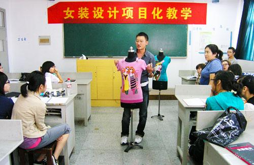 企业服装设计师走进高校课堂开启大学生创作灵感
